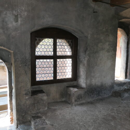 A plain room with two steats at the walls.